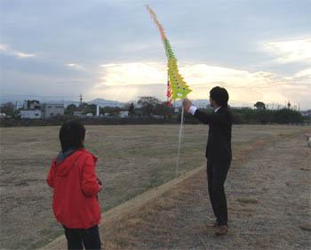 連凧を体験する記者