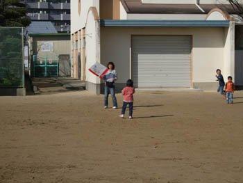 親子で凧揚げ