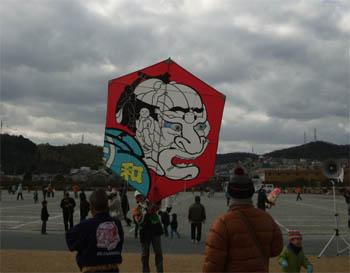 六角凧 人あつまりて・・