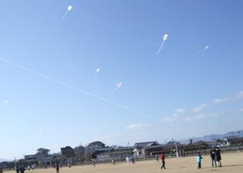 自作の凧を揚げる