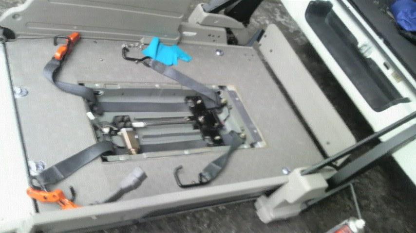 リフト上の車いす固定装置