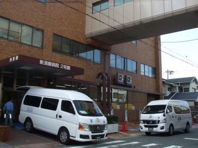 旧病院の寝台搬出口で1・2号車が待機中