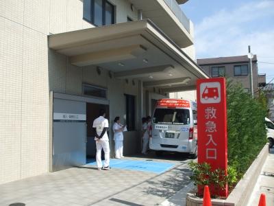 新病院の業務用入口に到着した車いす搬送車