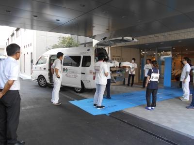 新病院の玄関に到着した寝台搬送車