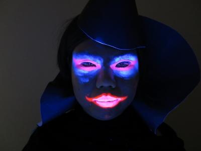 ハロウィンメイク 魔女 ブラックライト 照射