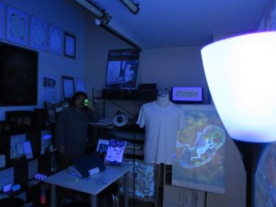 オオム電気 フロアスタンド ブラックライト 照射 距離