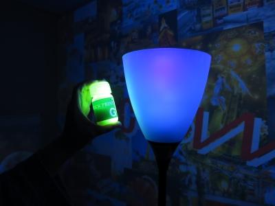 オオム電気 フロアスタンド ブラックライト 照射 見え方