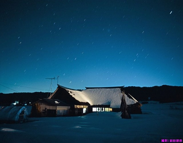 曲り屋と星空(撮影:前田徳彦)