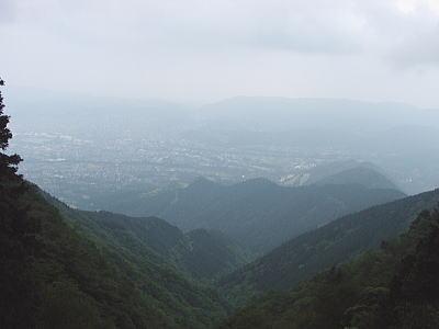 この谷を登った