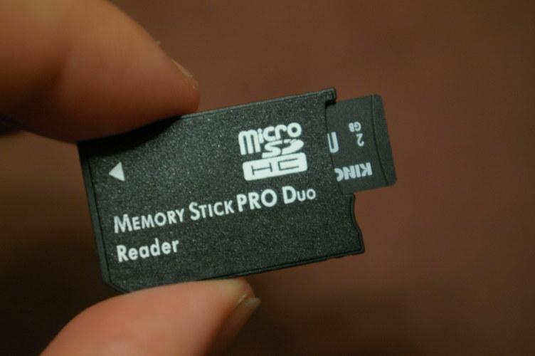 メモリーカードSDアダプター入れるの図