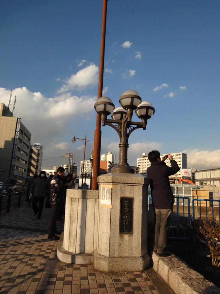 橋の上から東京スカイツリーを撮る人
