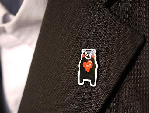 くまモンのピンバッジ コレクション スーツ