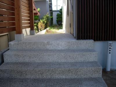 ポーチの階段は左官洗い出しです。