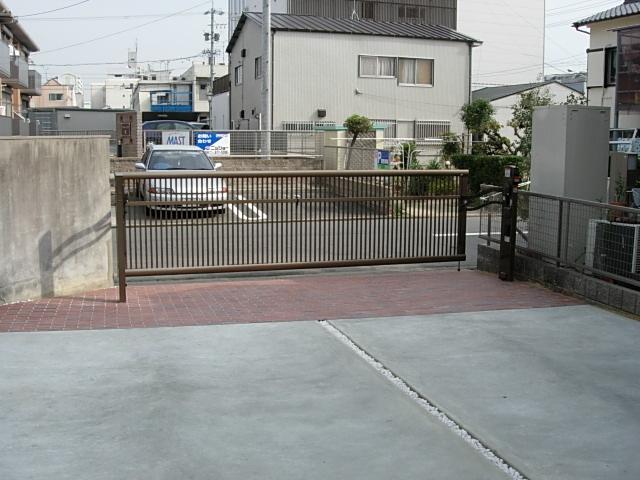 電動式ゲートと広い駐車場が完成しました4