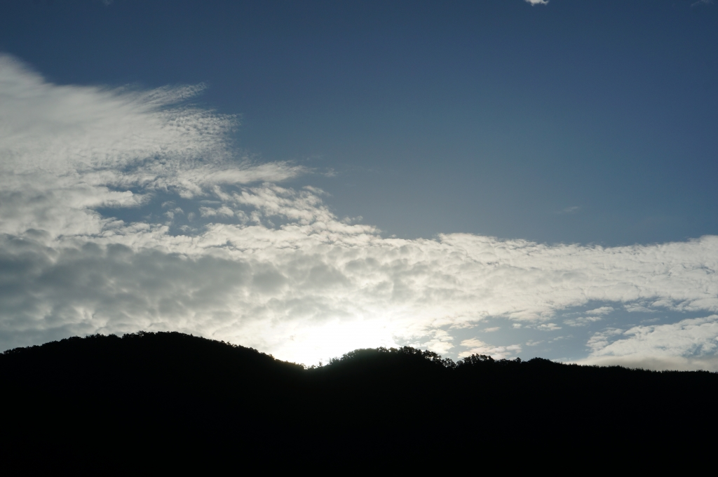 朝日の昇る山