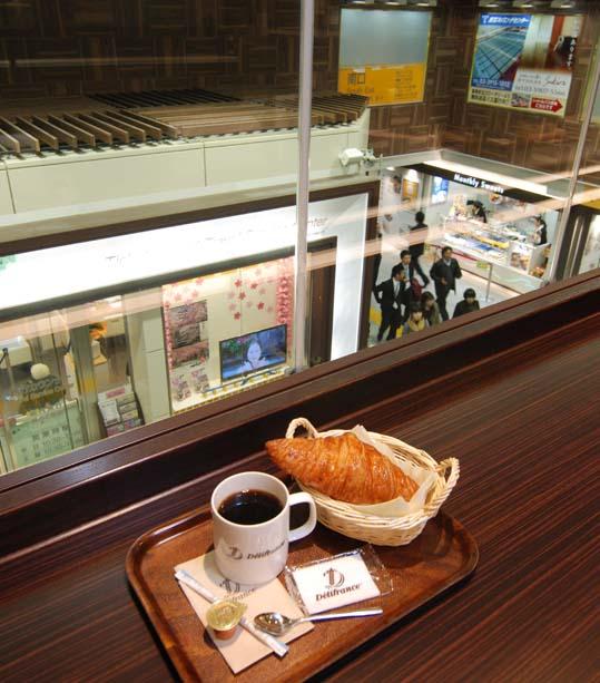 カフェから駅が見える