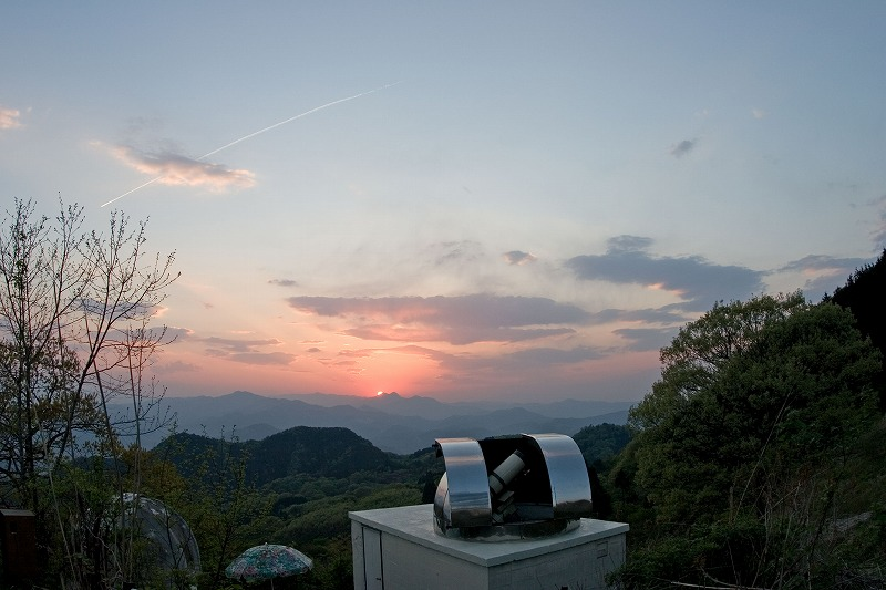 夕陽と天文台