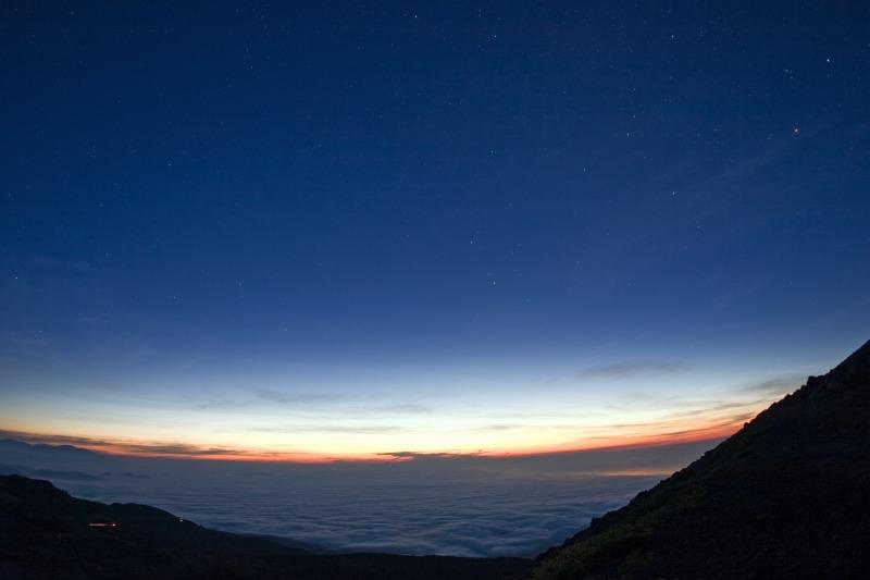 雲海と消えていく冬の星座