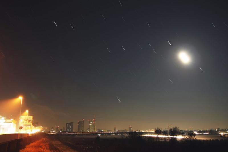 さいたま新都心と満月・沈む冬の星座