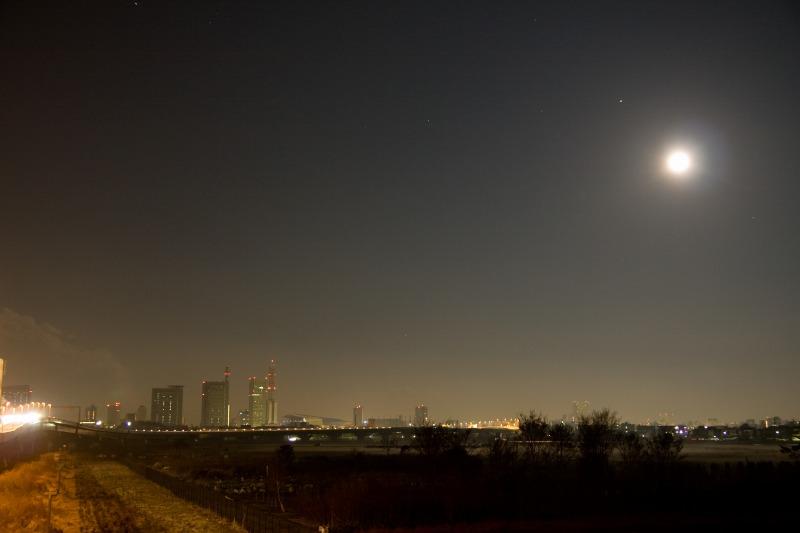 さいたま新都心と満月・沈む冬の星座2