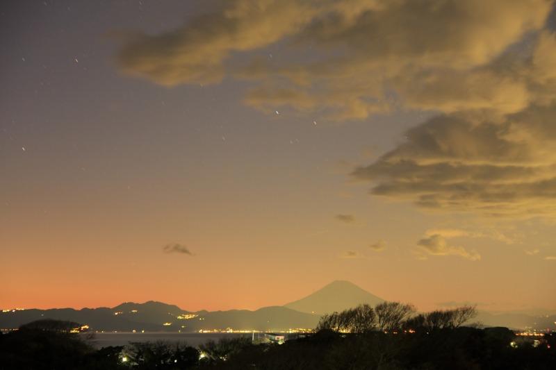 夕焼けの富士山と瞬きだした星達
