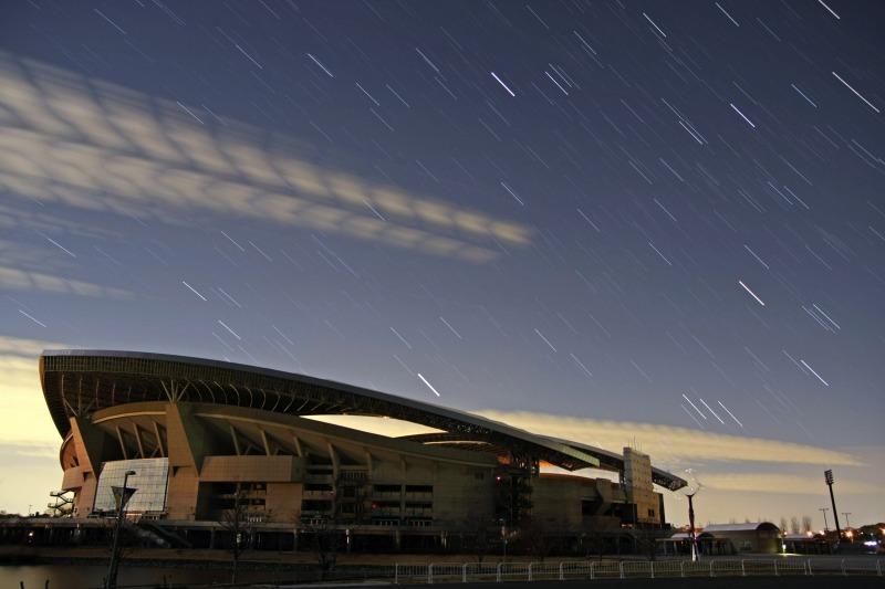 さいたまスタジアムと沈む冬の星座・比較明