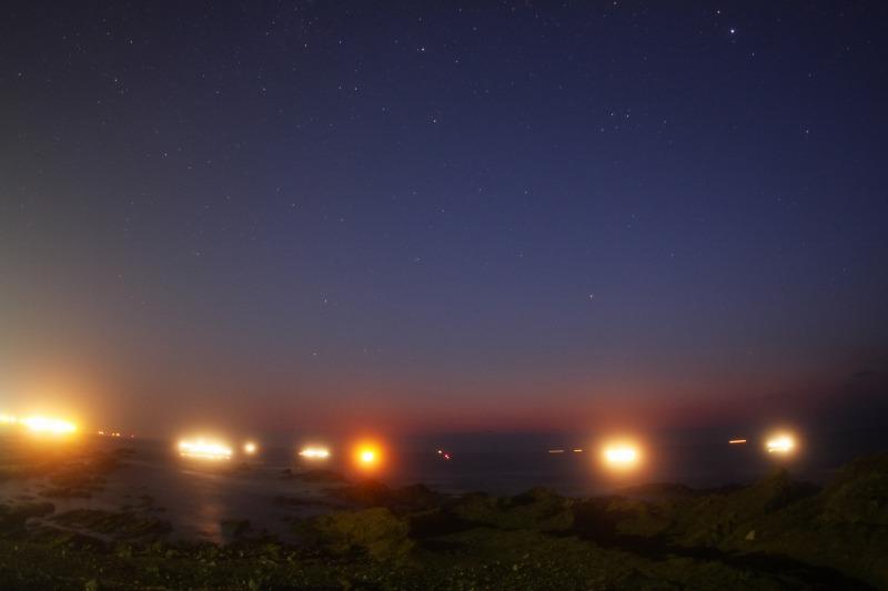 夜明けの漁船と星空