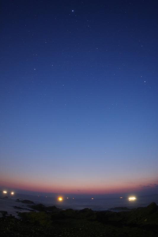 夜明けの空に夏の大三角