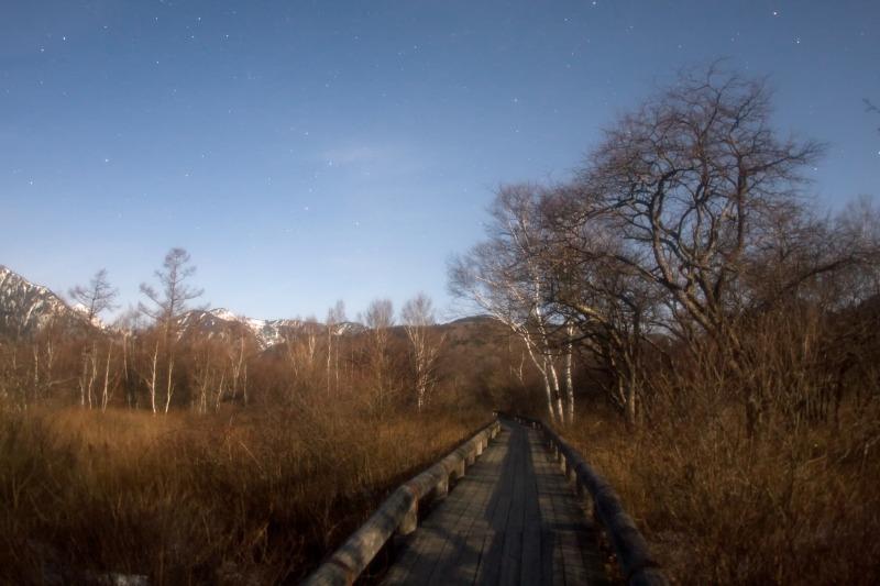 月あかりに照らされる木道と沈むカシオペア座