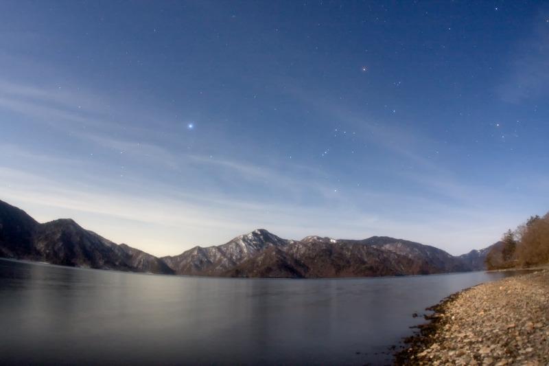 中禅寺湖に沈む冬の星座