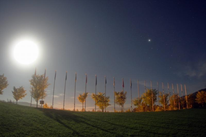 満月に照らされる国旗