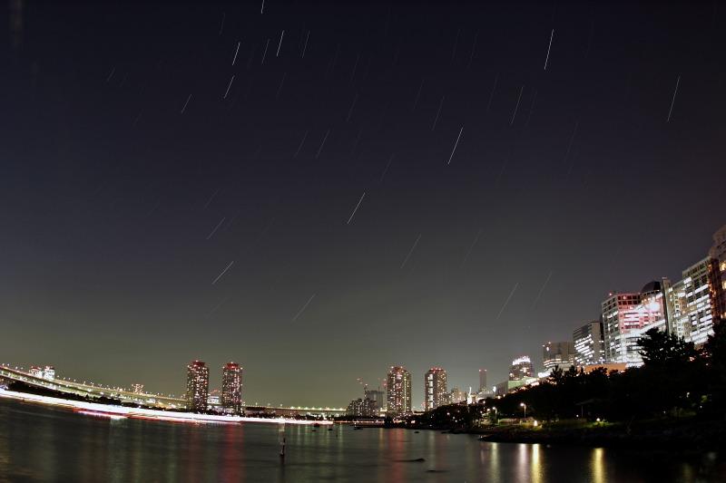 お台場の夜景と昇る秋の星座