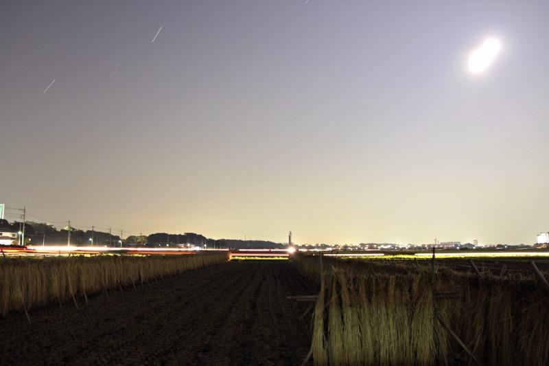 はさ掛けの田んぼと中秋の名月・比較明