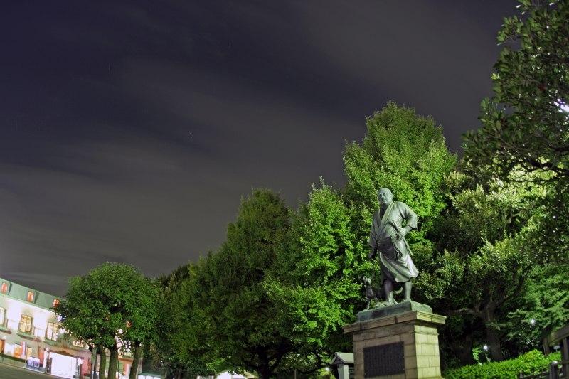 西郷さんの像と星空