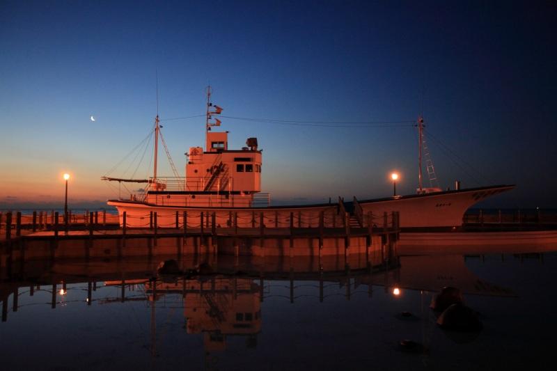 朝焼けと船・三日月