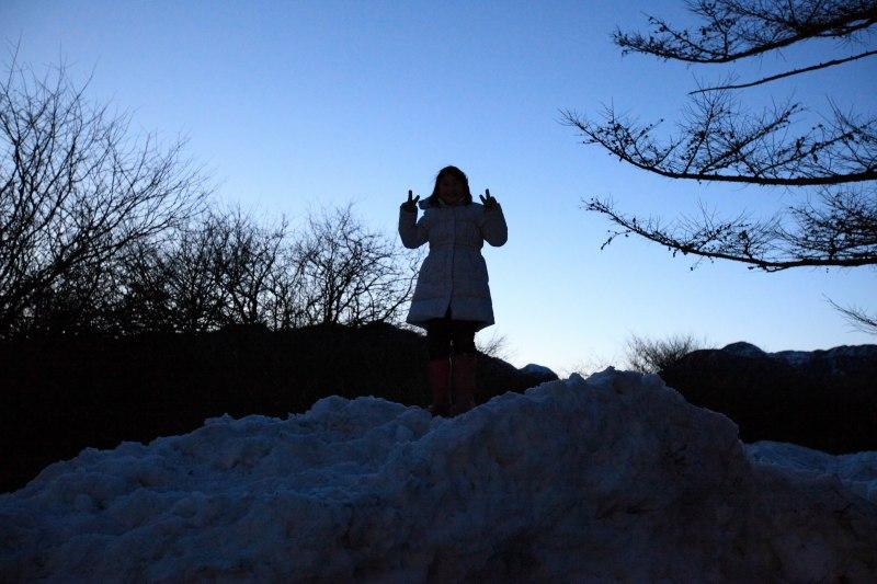 雪遊びする娘