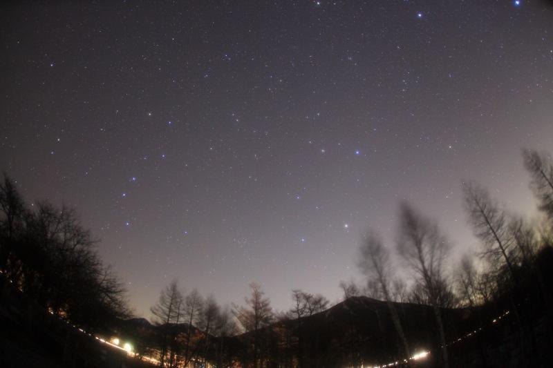 男体山と昇る春の星空