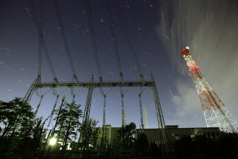 変電所と夏の星たち