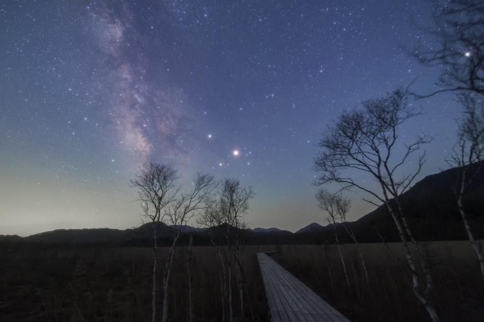 戦場ヶ原の木道・夜明けの銀河