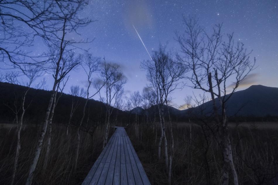 戦場ヶ原の木道と人工衛星