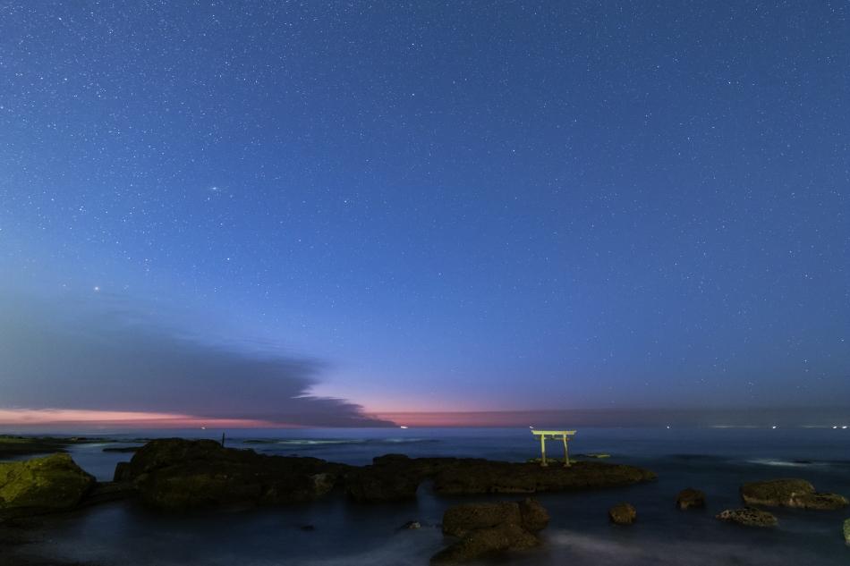 神磯の鳥居・夜明けの星空