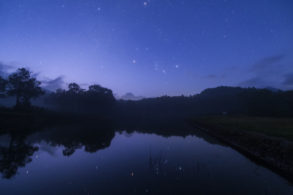 薄明の清水ヶ池と昇るオリオン