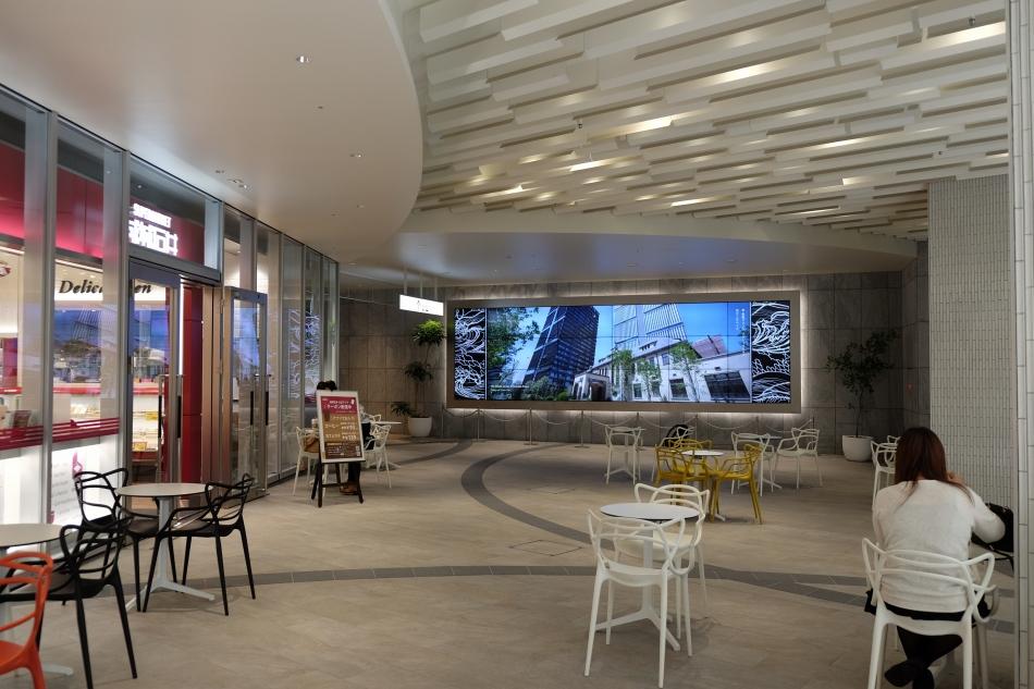 東京ガーデンテラス紀尾井町の大型デジタルサイネージ
