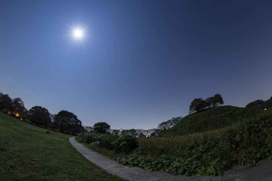 丸墓山古墳と月