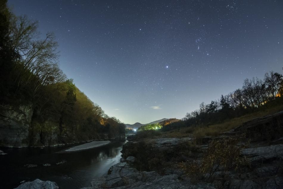 長瀞の岩畳と冬の星座