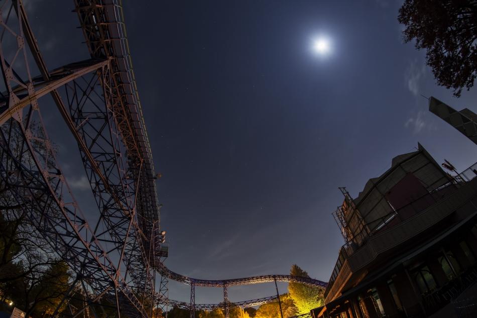 サイクロン・ローラーコースターと月
