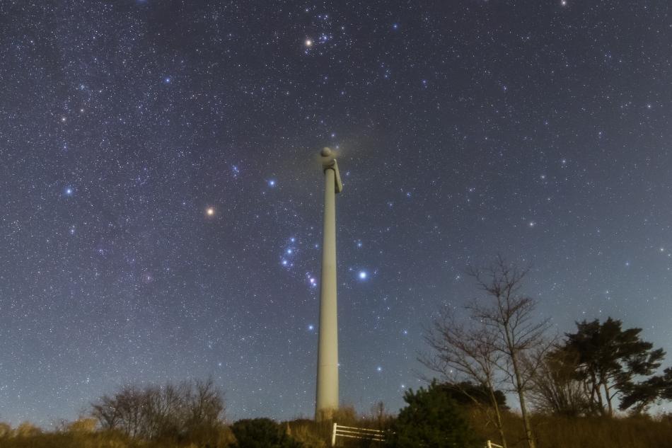 風力発電の風車と昇るオリオン座