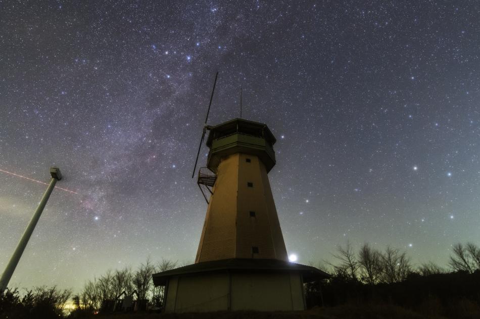 展望台風車と北天の星空