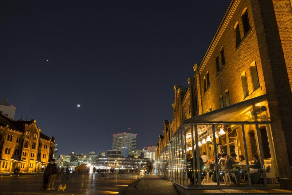 赤レンガ倉庫と月と金星