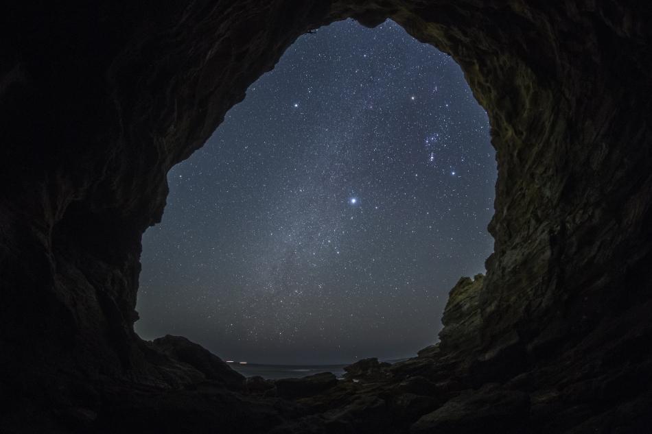 洞窟の向こう側の星